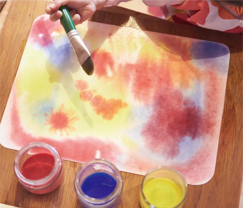 赤・青・黄の絵の具を使い、色の混ざり合いを楽しむ「にじみ絵」。