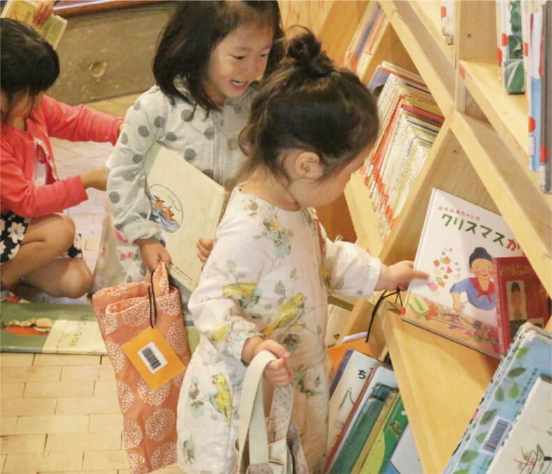 週に一度、絵本をご家庭にも貸し出しています。