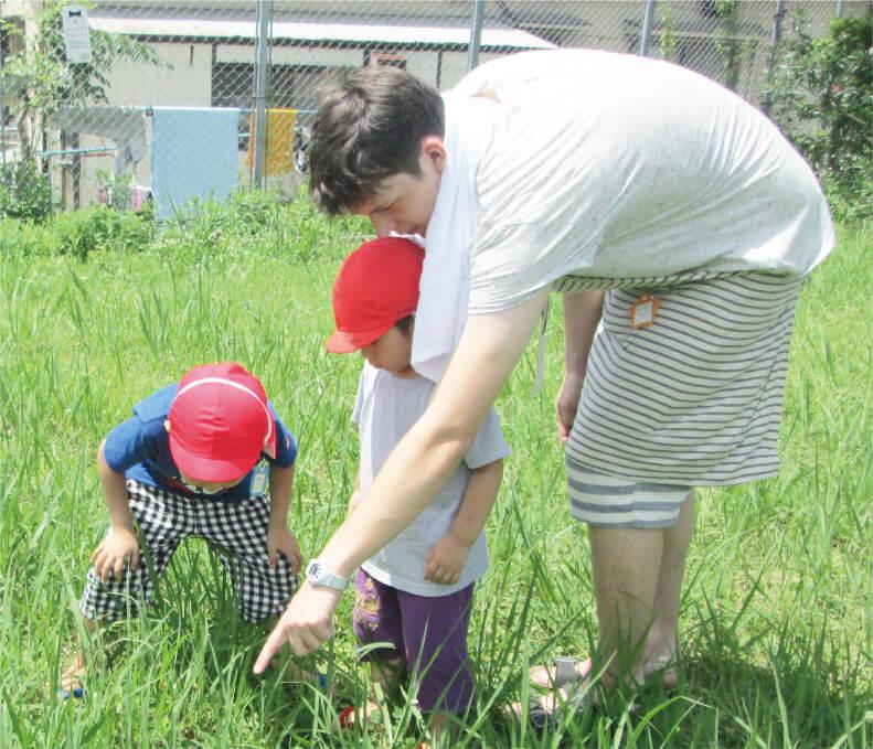 ドイツから実習生を迎え、子どもたちが外国の言語や文化に興味を抱くきっかけにも。